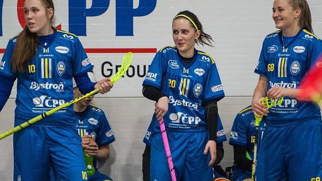SPOKOJENOST. Hráčky FBC si užívají zatím poměrně úspěšnou sezonu. Stále však myslí na víc, než páté místo. Zleva Denisa Kotzurová, Romana Skácelová a Nela Kapcová.