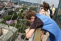 Běh na věž ostravské Nové radnice. Ilustrační foto. Za minutu a sedmapadesát sekund zvládl vyběhnout šestaosmdesát výškových metrů vítěz závodu Garmin Run-UP 2008.