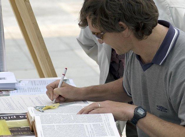 Přepisování bible na Masarykově náměstí v Ostravě