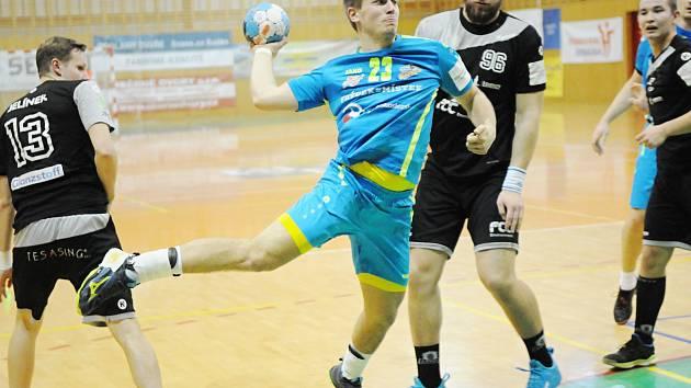 Martin Kocich (v modrém) byl při střelecké chuti. Lovosicím dal 12 gólů.