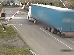 Záběr kamery. Kamion vjel na přejezd ve chvíli, kdy blikala červená výstražná světla.