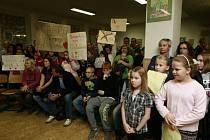 Veřejná beseda představitelů obvodu Ostrava-Jih s rodiči a žáky ZŠ Mitušova 8 se konala v jídelně školy.