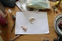 Celníci při domovních prohlídkách zajistili chemikálie, drogy, peníze a další věci.