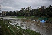Rozvodněná řeka Ostravice v Ostravě, 22. zaží 2017.