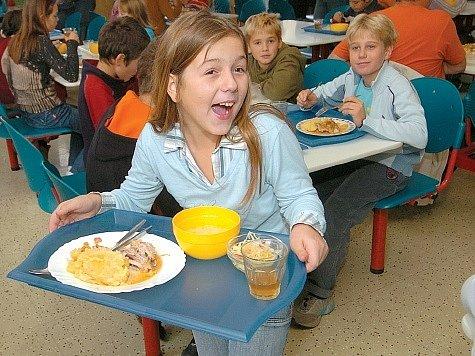 Spokojení strávníci ve školní jídelně Základní školy Ostrčilova v Moravské Ostravě.