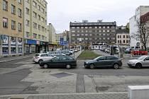 Prostranství u katedrály. Město oživilo diskuze o možném způsobu zastavění proluky, příští rok navíc budou opraveny chodníky a silnice.
