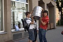 Vítězové soutěže o nejzajímavější maturitní tablo 2009 přebírají cenu - sud piva. Studenti ze 4.A Matičního gymnázia v Ostravě