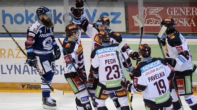 HC Sparta Praha - HC Vítkovice Ridera, 4. února 2020 v Praze. Jan Buchtele ze Sparty (třetí zleva) se raduje se spoluhráči z gólu.