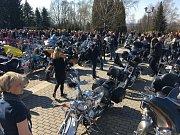 Se zpěvačkou Věrou Špinarovou se přijeli rozloučit i motorkáři.