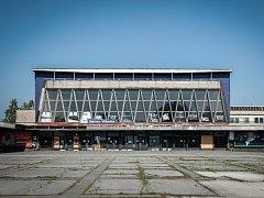 Vítkovické nádraží působí nevábným dojmem už zvenčí. Dovnitř se řada lidí bojí i vstoupit.