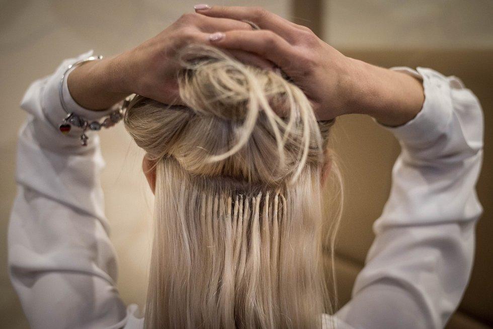 Dominika Bittner Jandačová si nechává vlasy pravidelně upravovat. Dvě tři řady odspodu a maximálně čtyři po bocích. Takto vypadají navázané vlasy pomocí keratinu. Nesmí být vidět, ani když se stáhnou do copu či drdolu.