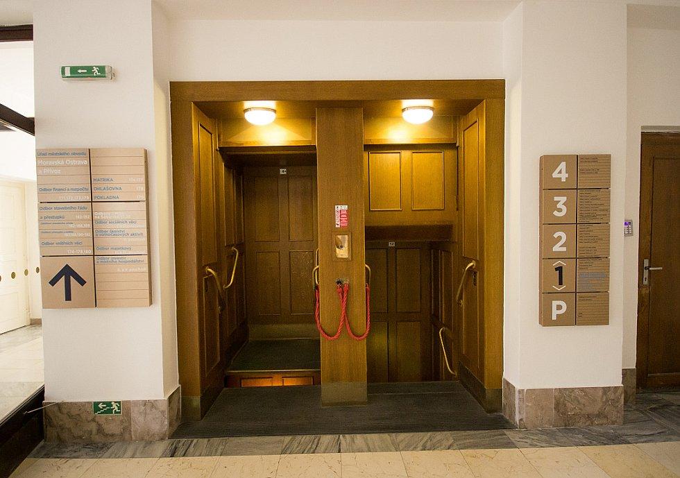 Jeden z mála ostravských oběžných výtahů je i v budově Nové radnice. Denně se jím přepraví stovky lidí.