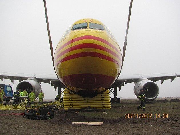 Hasiči záchranného sboru ostravského letiště Leoše Janáčka pomohli svým kolegům v Bratislavě s vyproštěním letadla, které zde havarovalo.
