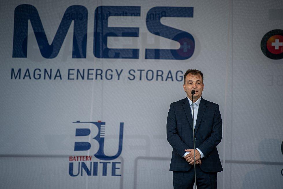 Společnost Magna Energy Storage (MES) otevřela v průmyslové zóně po bývalém černouhelném Dole František továrnu na výrobu vysokoenergetických akumulátorů HE3DA, 17. září 2020 v Horní Suché. Spolumajitel HE3DA a autor projektu Magna Energy Storage Radomír