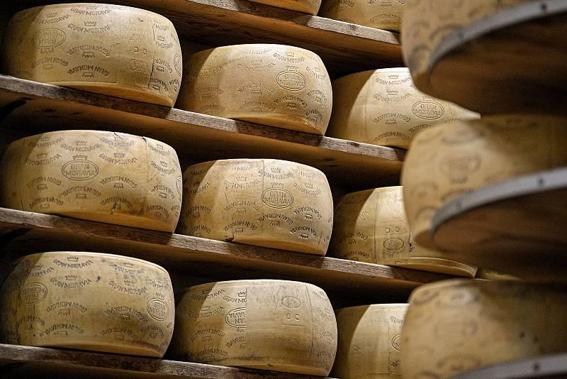 Tradiční sklad sýrů společnosti Gran Moravia, 11. srpna 2021 v Bevadoro, Itálie. Kapacita skladu je až 10000 bochníků sýrů.