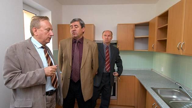 Zrekonstruované byty v Nové Osadě ve Slezské Ostravě jsou jako ze škatulky. Ještě nezařízenou kychyni včera obdivoval i starosta Slezské Ostravy Antonín Maštalíř (vlevo vpředu).