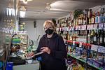 Ota Novotná prodává v novobělském Vitaminu nepřetržitě už 28 let.