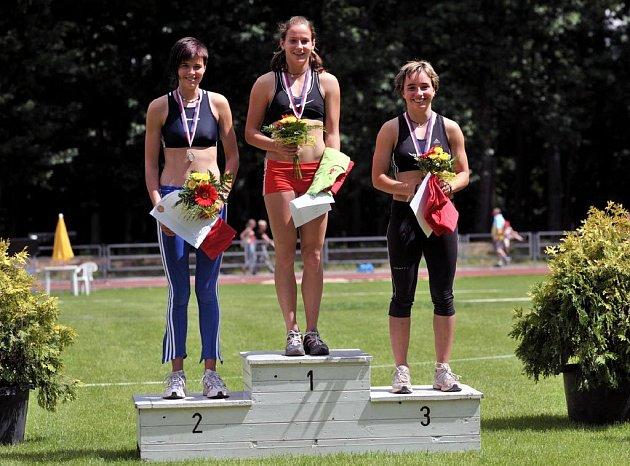 Na snímku stupně vítězů odleva 2. Kristýna Zimová, uprostřed vítězka Lucie Ondraschková ze Sokola Opava a vpravo celkově třetí Eliška Škaloudová z domácí Staré Boleslavi