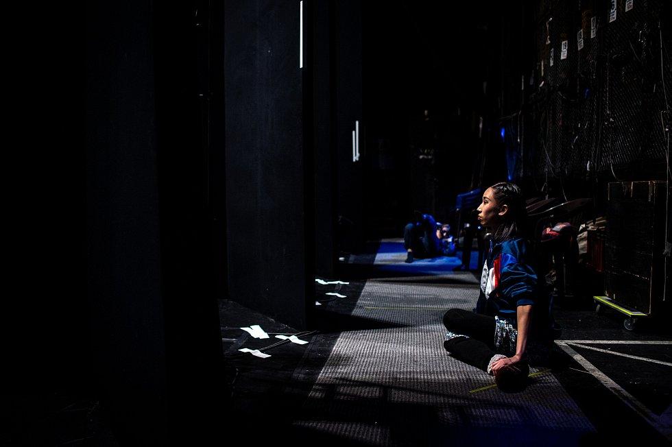Jeden den s baletkou Shino Sakurado, 5. dubna 2019 v Ostravě. Shino sleduje své kolegy při představení Vzlety a pády.