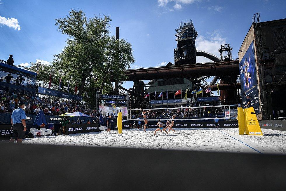 Turnaj Světového okruhu v plážovém volejbalu kategorie 4*, 6. června 2021 v Ostravě. Finálový zápas - Jolana Heidrichová, Anouk Verdeová-Depraová ze Švýcarska vs. Sarah Sponcilová, Kelly Claesová z USA.