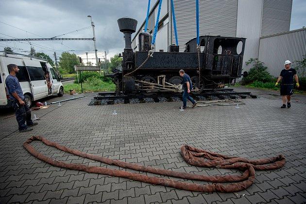 Parní lokomotiva řady 310spřezdívkou Kafemlejnek na nádraží Ostrava střed.