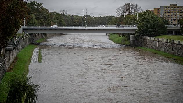 Povodně tento týden zvedly hladiny řek na severní Moravě. Na ilustračním snímku rozlitá Ostravice ze 14. října.