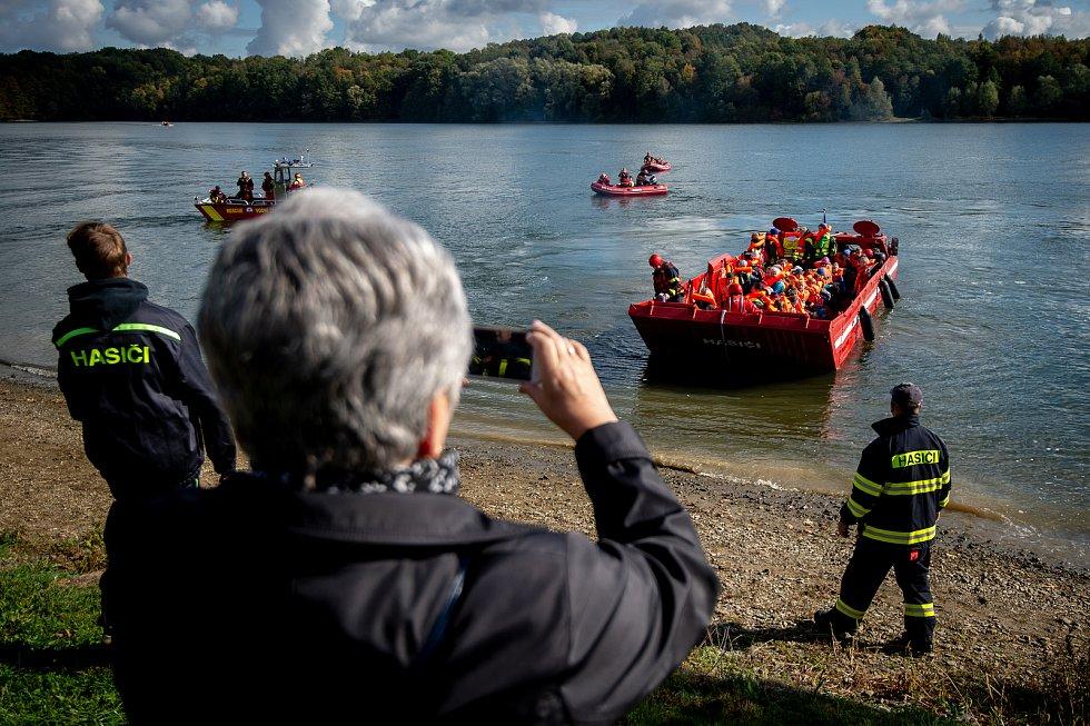 Taktické cvičení složek IZS - plošná evakuace více než 300 školáků a učitelů při povodních pomocí člun, 4. října 2019 na Těrlicku.