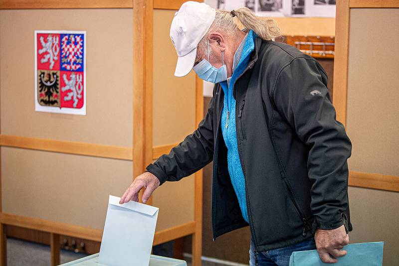 Volební místnost (okrsek č. 19022) na ZUŠ Edvarda Runda v Slezské Ostravě, 2. října 2020 v Ostravě. V Česku se 2. a 3. října konají volby do krajských zastupitelstev a první kolo voleb do třetiny Senátu.