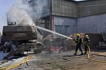 Požár hydraulického nakladače vostravském kovošrotu, pondělí 21. června 2021.