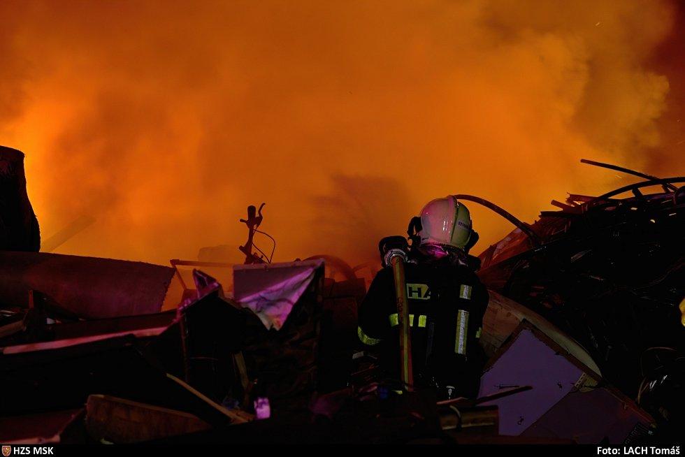 Noční požár skládky v Ostravě, červenec 2021.