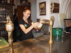 Natočit pivo na hladinku není tak jednoduché, jak se zdá.