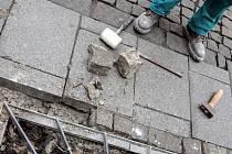 Dlažba na Stodolní ulici dostává zabrat. Není schopna unést nápor zásobovacích aut a uvolňuje se či praská. Zjara možná bude její část vyměněna. Nyní se aspoň nejnutnější místa opravují.
