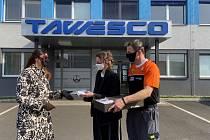 Ředitelka Tawesca Margita Rejchrtová přebírá roušky od návrhářky návrhářka Lady Vyvialové a závodníka Tomáše Tomečka.