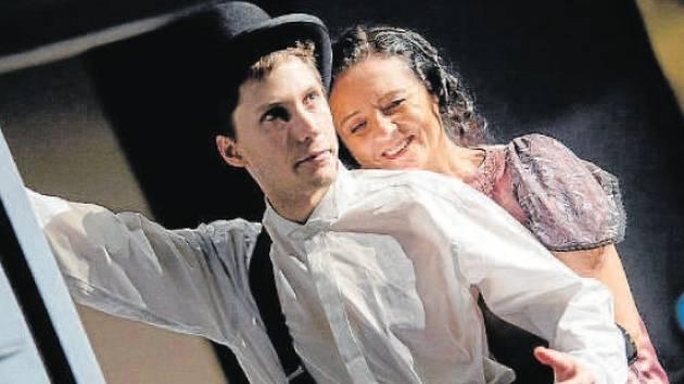 Vojtěch Říha vytváří titulní postavu v dramatizaci Maupassantova románu Miláček. Na snímku s Kateřinou Krejčí.