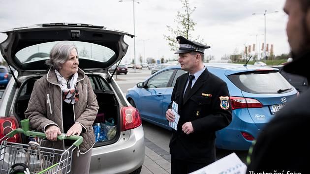 Strážníci se v Ostravě zaměří na předvánoční zlodějíčky. Upozorní nakupující na možná rizika.