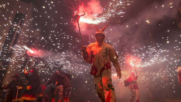 Atraktivní show. Ztřeštěně pobíhající ďábli mezi kterými plachtí sochy draků chrlí a prskají oslňující ohně.
