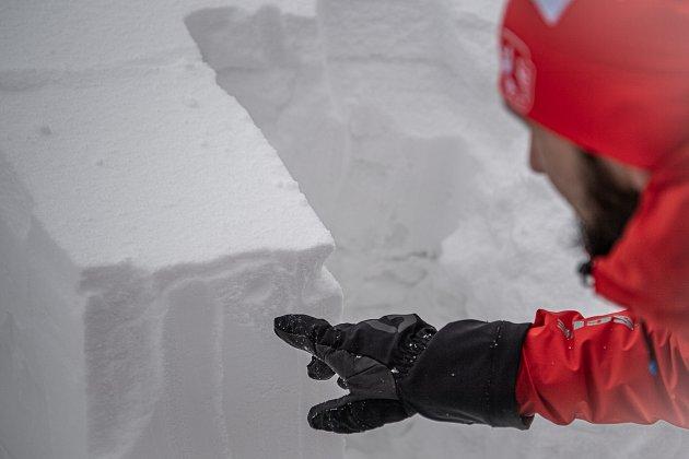 Dobrovolník horské služby Michal Vávra ukazuje měření lavinového stupně, 30.ledna 2021na Pradědu.