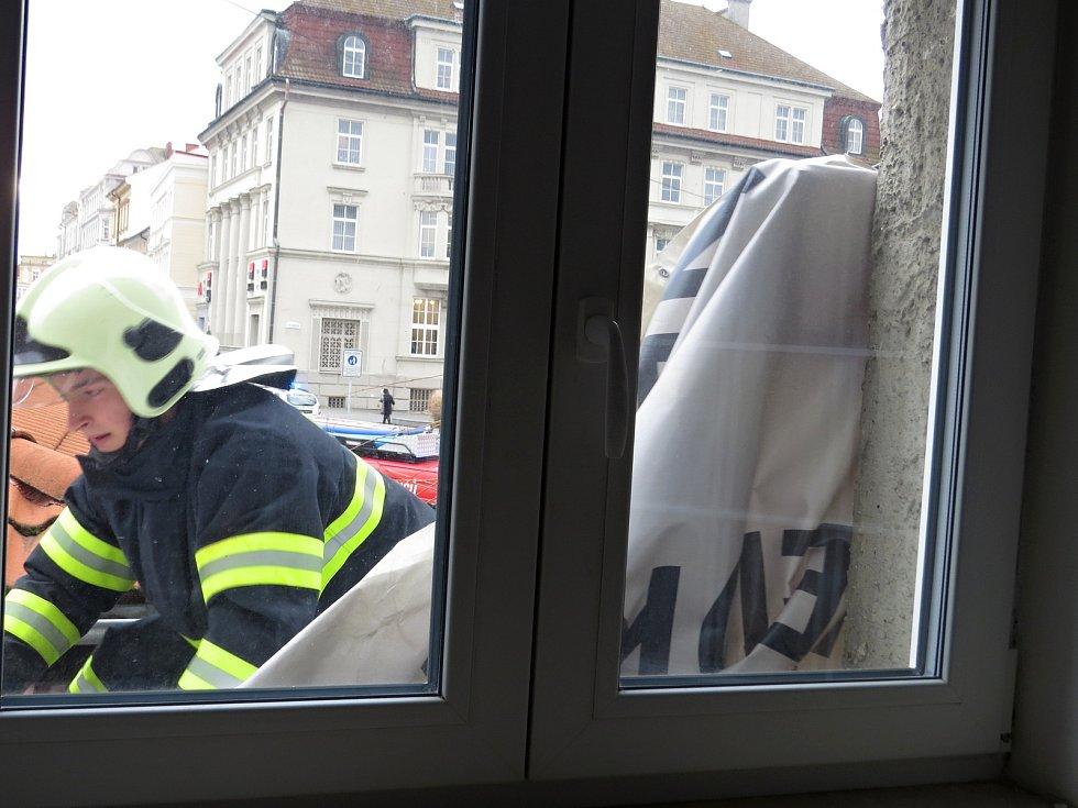 Třikrát během několika minut zasahovali novojičínsští hasiči v Novém Jičíně na ulici Dolní brána kvůli silnému větru.