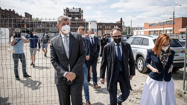 Předseda vlády České republiky Andrej Babiš si při návštěvě Ostravy 1. června 2021 prohlédl novostavbu bytového domu Janáčkova a historická městská jatka. V doprovodu (střed) primátor města Macura (ANO) a náměstkyně primátora Bajgarová (ANO).