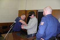 Muž (na snímku z jednání o obnově procesu u Krajského soudu v Ostravě), který byl členem nebezpečného gangu, se nakonec bude zodpovídat z loupeží z let 2012 až 2013.