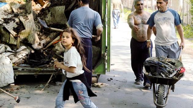 JARNÍ ÚKLID V ROMSKÉM GHETTU. Děti i dospělí uklízeli nepořádek před svými domovy v kolonii Bedřiška, která se nachází v obvodu Mariánské Hory a Hulváky.