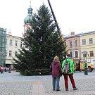 Instalace vánoční stromu na náměstí Svobody ve Frýdku-Místku.