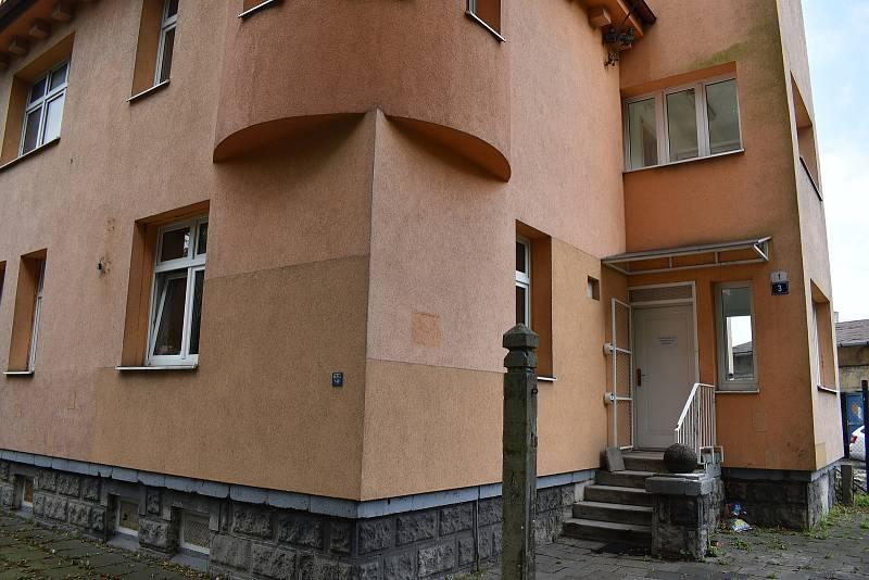 Tradiční volební místnost okrsku 19 003 se nacházela na Riegrově ulici (na snímku). Nyní zde působí městská příspěvková organizace. Nová volební místnost je v Keramické ulici v objektu mateřské školy.