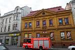 Vítr uvolnil na jednom z domů na ulici Nádražní poblíž tramvajové zastávky Stodolní střešní okno, které viselo ze střechy a ohrožovalo kolemjdoucí.