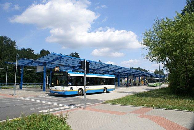 Když se městský dopravní terminál na Hranečníku stavěl, měl být nejmodernější vrepublice. Kmodernosti a jedinečnosti má ovšem hodně daleko.