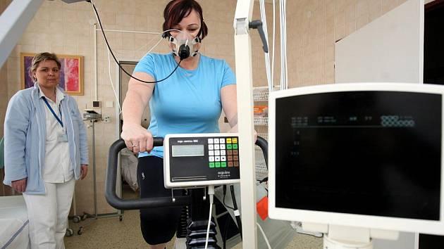 Redaktorka Deníku Mirka Chlebounová při zátěžovém testu v Centru zátěžové sportovní medicíny interní kliniky ostravské fakultní nemocnice.