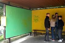Autobusové zastávky Oblouk uklidili a vymalovali žáci Gymnázia, ZŠ a MŠ Hello v rámci projektu 72 hodin.