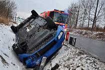 Zásah hasičů u nehody osobního automobilu Škoda Octavia, která skončila v hlubokém příkopu na střeše.