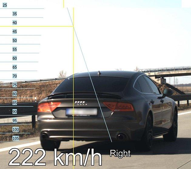 V místě,kde je povolená rychlost 130 km/h, jel řidiči 222 km/h.