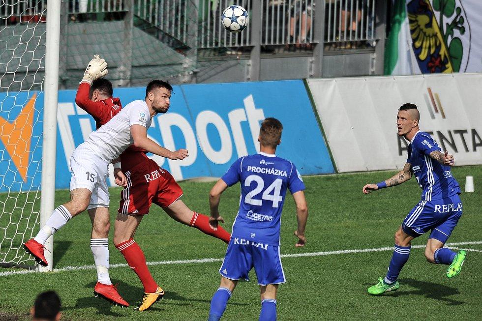 Utkání 29. kola první fotbalové ligy: MFK Karviná - Baník Ostrava, 19. května 2018 v Karviné. (zleva) Laštůvka Jan, Wágner Tomáš a Procházka Václav.
